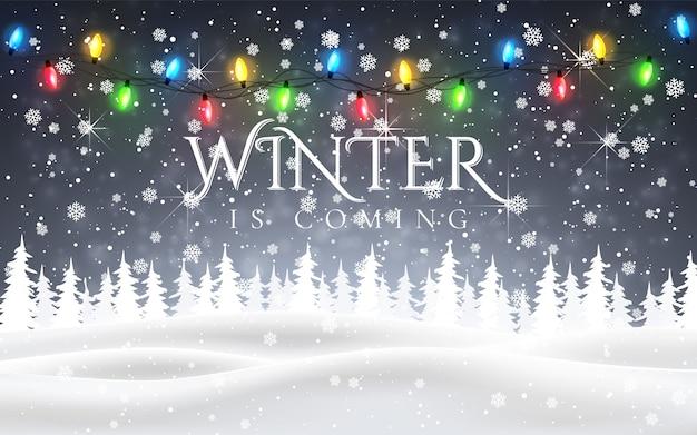 De winter komt eraan. kerst, besneeuwde nacht boslandschap met vallende sneeuw, sparren, lichte slinger, sneeuwvlokken voor winter- en nieuwjaarsvakantie. xmas winter achtergrond.