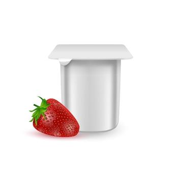 De witte matte plastic pot voor yoghurtcrème dessert of jam verpakking sjabloon yoghurtroom met verse aardbeien geïsoleerd