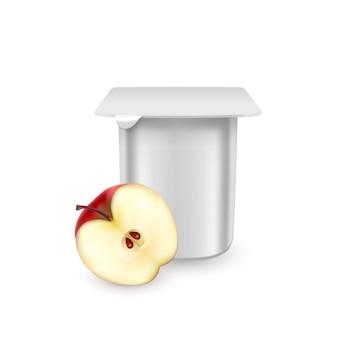 De witte matte plastic pot voor yoghurtcrème dessert of jam verpakking sjabloon yoghurtroom met verse appels geïsoleerd