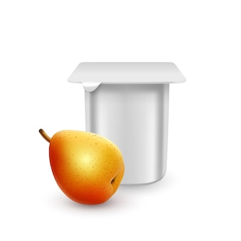 De witte matte plastic pot voor yoghurtcrème dessert of jam verpakking sjabloon yoghurtroom met verse peren geïsoleerd