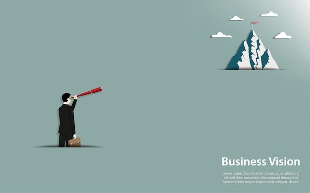 De zakenman die een binoculaire blik houden gaat naar de berg met succesvlag