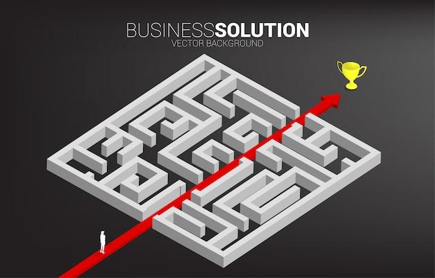 De zakenman die zich op rode pijlroute bevinden breekt uit labyrint aan kampioenstrofee uit. bedrijfsconcept voor probleemoplossing en oplossingsstrategie.