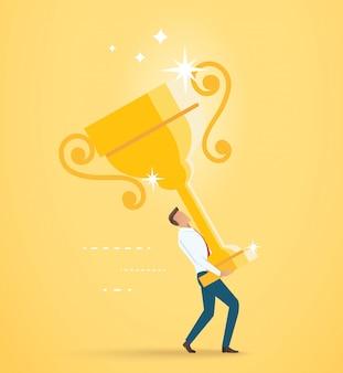 De zakenman heft de grote gouden trofee op