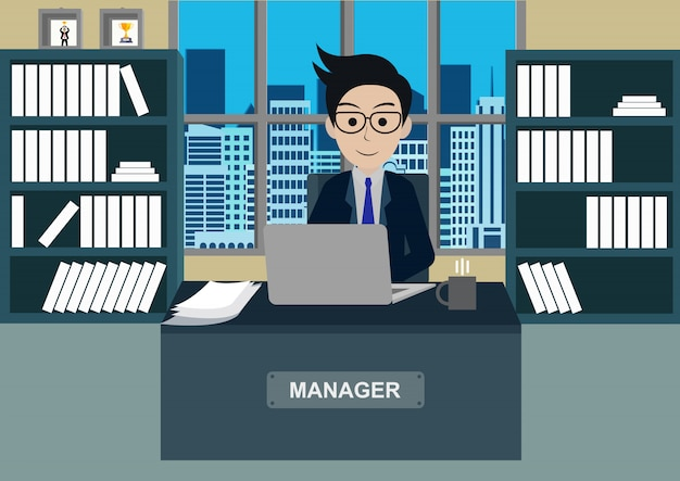 De zakenman in bureau zit bij de bureaus met notitieboekje, werkruimte met lijst en computer
