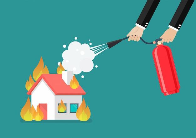 De zakenman met brandblusapparaat vecht met het brandende huis