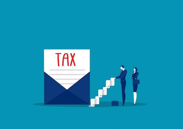 De zakenman ontvangt brievenbelasting, officiële overheidsdocumenten die per post worden verkregen.