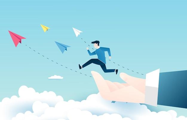 De zakenman springt op de wolkenstappen naar succes