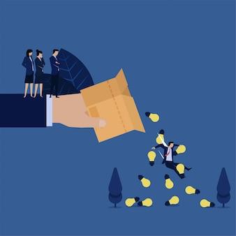 De zakenman valt uit met ideeën uit doos die door managermetafoor wordt omvergeworpen of out of the box denkt.