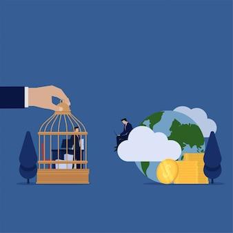 De zakenman ziet ander werk freelance en krijgt online geldmetafoor van freelance vergelijken en het werken van het bureau.