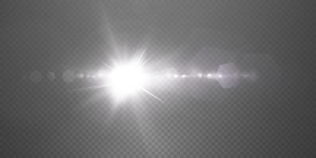 De zon schijnt heldere lichtstralen met realistische schittering