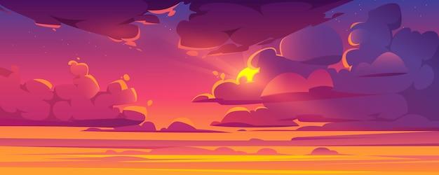 De zonsonderganghemel met zon gluurt uit pluizige wolken