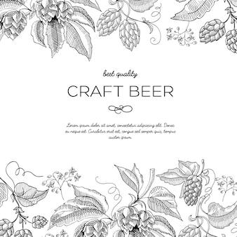 Decoratief ontwerp schets ansichtkaart met hop, bessen en gebladerte met de inscriptie dat ambachtelijk bier van de beste kwaliteit is