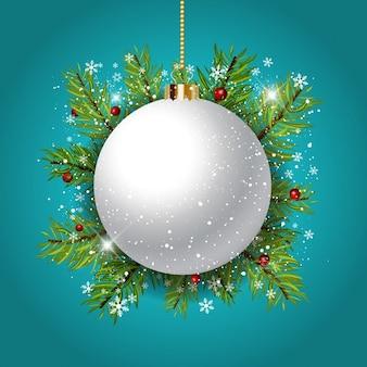 Decoratieve achtergrond van kerstmis met snuisterij tegen sparrentakken