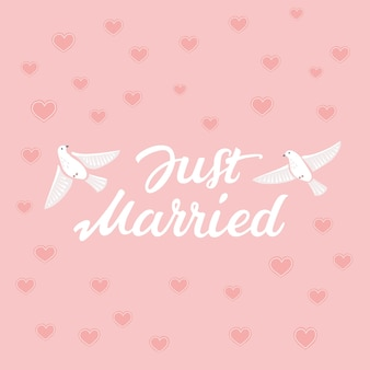 Decoratieve hand getrokken belettering van tekst just married en illustratie van vogels op roze