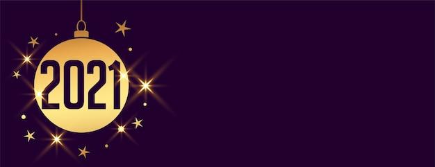 Decoratieve kerstbal voor het nieuwe jaar 2021 op paarse banner