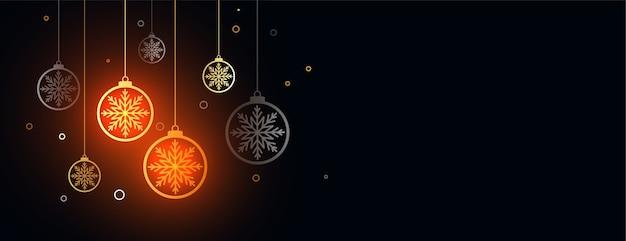 Decoratieve merry christmas festival banner met hangende kerstballen