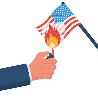 Demonstrator steekt de amerikaanse vlag in brand
