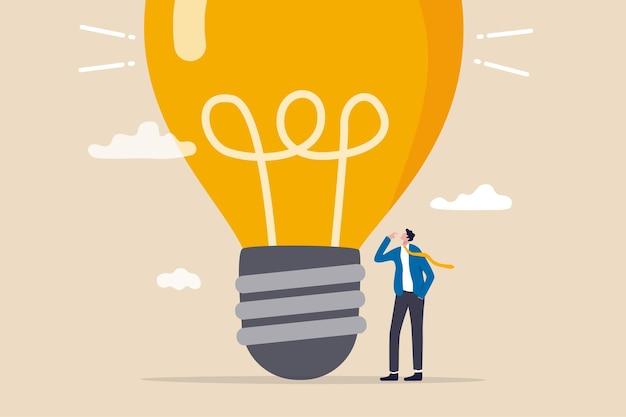 Denk groot, ambitie om te winnen en succes in het bedrijfsleven, groot idee van creativiteit en verbeeldingskracht om angstconcept te overwinnen, slimme zakenman-ondernemer die denkt met een grote oversized idee-gloeilamp.