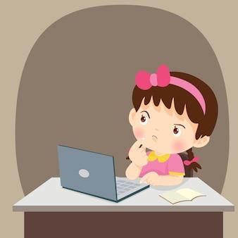 Denkend de studentenmeisje die van het kind met laptop denken