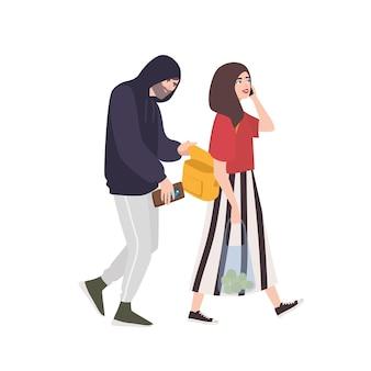 Dief, zakkenroller of rubber gekleed in hoodie die portemonnee of portemonnee uit de tas van de vrouw steelt. crimineel plegen van misdaad en slachtoffer. overval of diefstal scene. platte cartoon kleurrijke vectorillustratie.