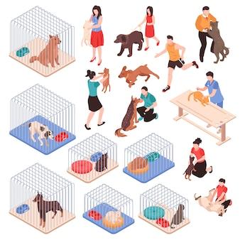 Dierenasiel met honden en katten in kooien menselijke karakters met huisdieren isometrische reeks geïsoleerde vectorillustratie