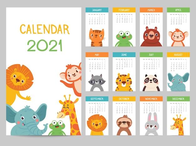 Dierenkalender 2021. leuke maandkalender met verschillende dieren, grappige bos- en savannekarakters, kinderposter vectoralmanak. leeuw en olifant, aap en giraf, kikker en wasbeer