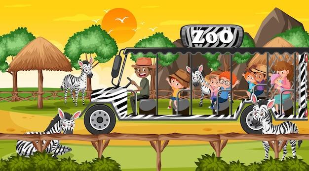 Dierentuin bij zonsondergang met veel kinderen die naar zebragroep kijken
