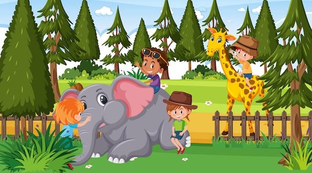 Dierentuinscène met veel kinderen die met dierentuindieren spelen
