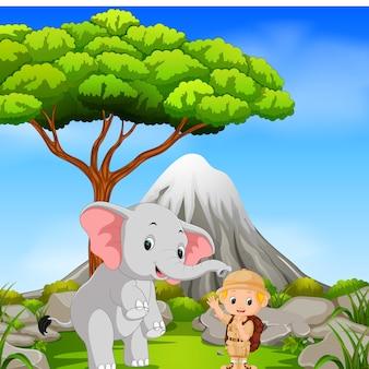 Dierenverzorger en olifant poseren met berglandschap