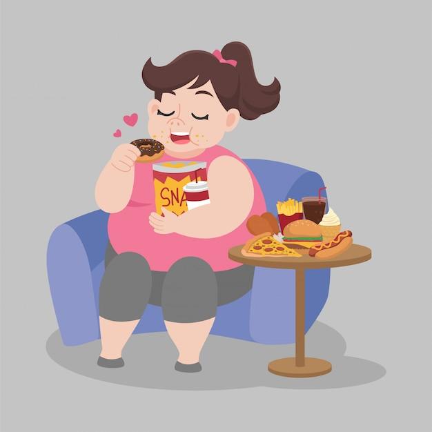 Dikke gelukkige vrouw geniet van het eten van de snack zittend op de bank