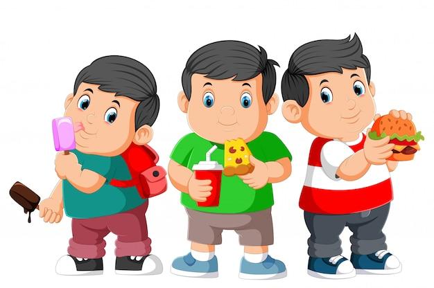 Dikke jongen drie die snel voedsel eet
