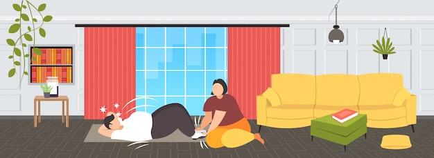 Dikke man doen sit-ups buik oefeningen met overgewicht vrouw met zijn benen zwaarlijvig paar training samen training gewichtsverlies concept modern wonen roo interieur