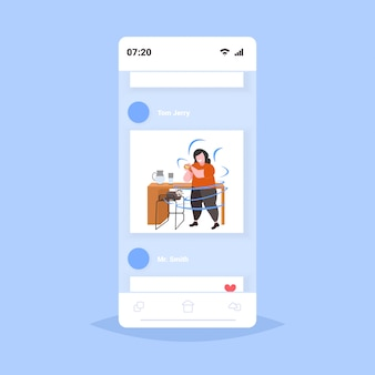 Dikke vrouw met overgewicht hamburger zwaarlijvigheid ongezonde voeding fastfood concept zwaarlijvig meisje lunchen smartphone scherm online mobiele app volledige lengte