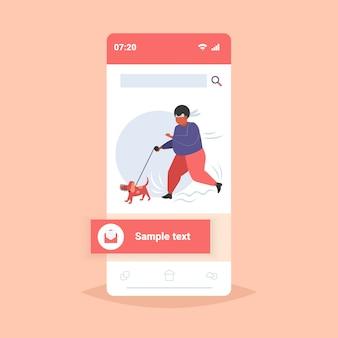 Dikke zwaarlijvige man joggen met hond oversized vette afro-amerikaanse man met outdoor gewichtsverlies concept smartphone scherm online mobiele applicatie volledige lengte