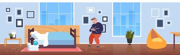 Dikke zwaarlijvige man met grote navel overhemden overgewicht casual man kan geen kleren dichtknopen ongezonde levensstijl gewichtsverlies zwaarlijvigheid concept modern slaapkamer interieur