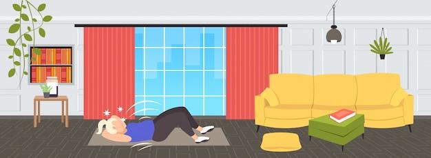 Dikke zwaarlijvige vrouw doet sit-ups druk op buik oefeningen op mat overgewicht meisje training training gewichtsverlies concept moderne woonkamer interieur volledige lengte horizontaal