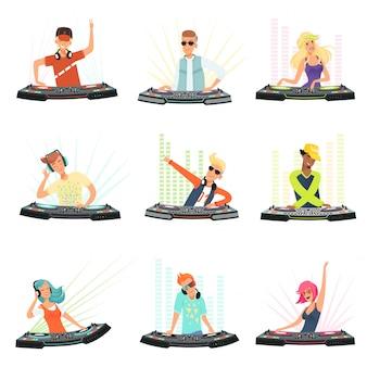 Dj karakters. mannelijke en vrouwelijke feestmuzikanten in hoofdtelefoons voor evenementmuziek opnemen console mensen