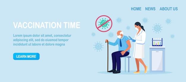 Dokter, verpleegster die een coronavirusvaccin geeft aan een oudere man. oude mensenvaccinatie voor immuniteitsgezondheid voor covid-19. vaccinatie van volwassenen