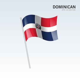 Dominicaanse golvende vlag die op grijze achtergrond wordt geïsoleerd