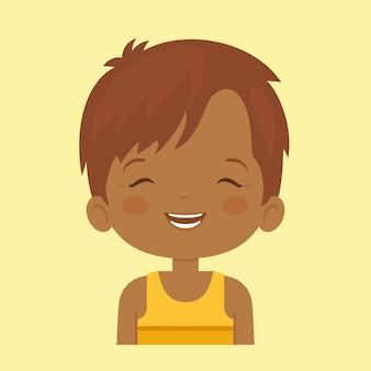 Donkere huid kleine jongen die gelaatsuitdrukking lacht