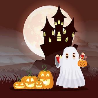 Donkere nachtscène van halloween met kind vermomde geest en pompoenen