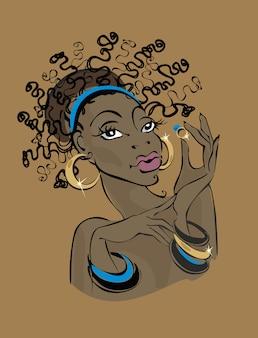 Donkerhuidige vrouw in gouden sieraden.