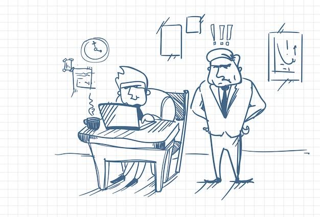 Doodle angry business man boss standing at worker met behulp van laptopcomputer op kantoor werkplek