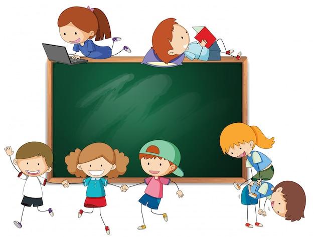 Doodle chaildren met schoolbordsjabloon
