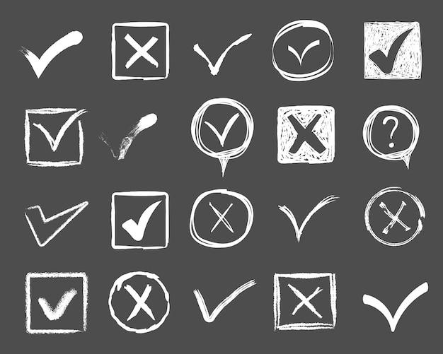 Doodle vinkjes en onderstrepingen. handgetekende slagen en penmarkeringen v-markeringen voor lijstitems. getekende markeringselementen, vlaggen, tikken, onderstrepingen, penseellijnen, cirkels, rechthoeken. illustratie.