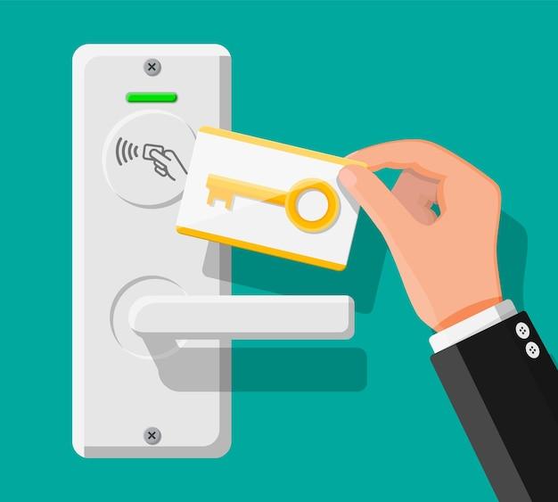 Draadloze sleutelkaart in menselijke hand met sensor van de deurklink van de logeerkamer. concept van toegangsidentificatie. toegangscontrole automaat. proximity-kaartlezer. vectorillustratie in vlakke stijl
