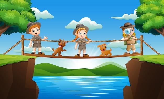 Drie dierenverzorger die zich op een houten brug bevinden