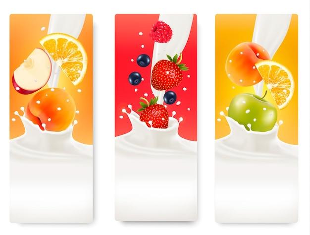 Drie etiketten met verschillende vruchten die in spatten van melk vallen. vector.