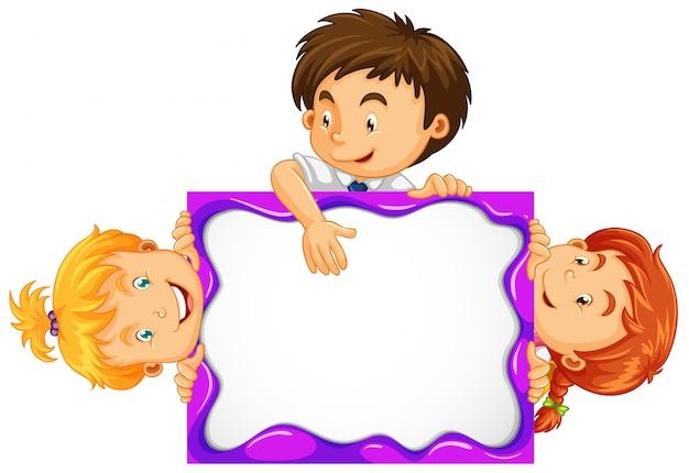 Drie kinderen achter het witte bord