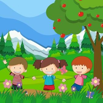 Drie kinderen die in het park spelen